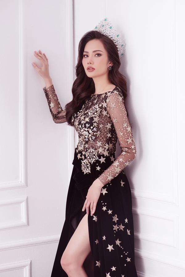 Diệu Linh đội vương miện, nổi bật với váy dạ hội đính họa tiết ngôi sao.