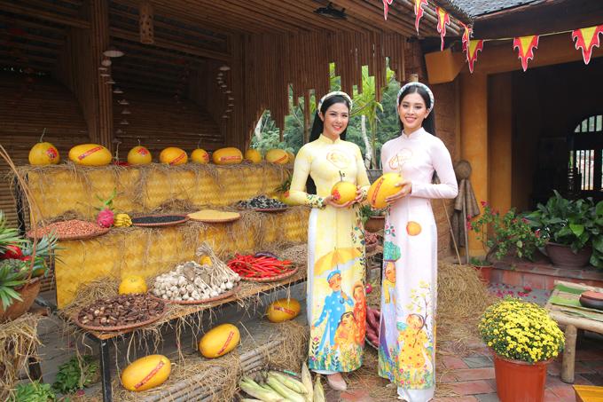 Hoa hậu Ngọc Hân (trái) và Tiểu Vy cũng ghi điểm khi diện áo dài nền nã.