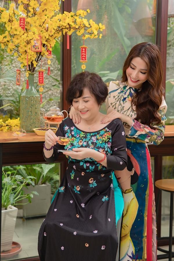 Diễm My 9X tự tay cắm hoa, làm cơm tặng mẹ - 6