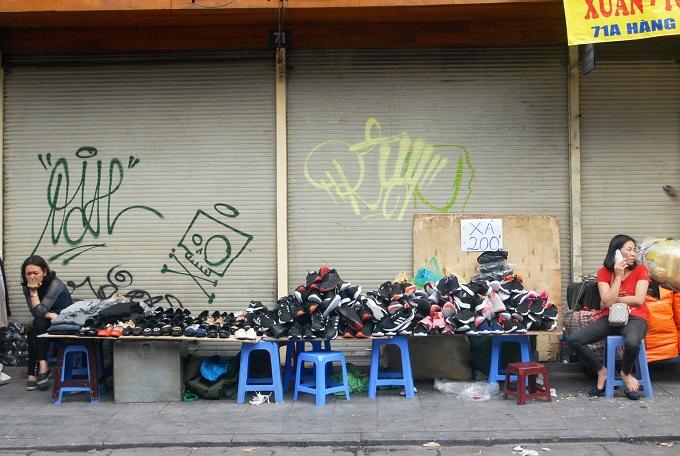 Trong khi đó, nhiều nữ bán hàng trên phố xả Hàng Đàochịu cảnh đìu hiu dù rao giá giày còn200.000 đồng.