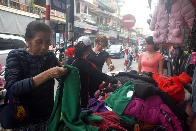 Áo len và áo khoác đồng giá 100.000 đồng.