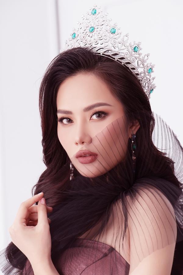 Bộ ảnh được thực hiện với sự hỗ trợ của nhiếp ảnh Milor Trần, stylist Hiệp Chu, trang điểm và tóc Soll.