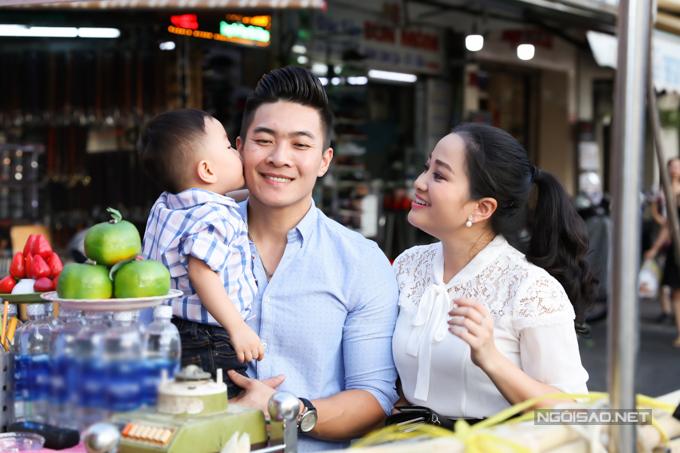 Quốc Cơ tâm sự, do đặc thù công việc hay phải lưu diễn xa dài ngày nên mỗi khi ở nhà anh luôn dành trọn thời gian cho vợ và con trai.