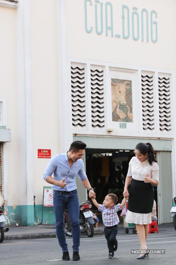 Bé Bắp tung tăng nắm tay ba mẹ đi chơi, ngắm phố xá Sài Gòn nhộn nhịp những ngày giáp Tết.