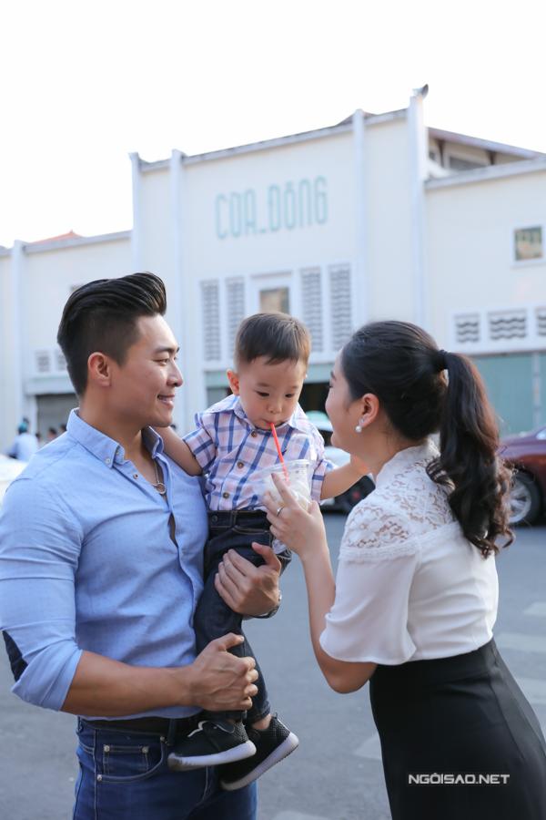 Gia đình hạnh phúc của Hồng Phượng - Quốc Cơ được nhiều khán giả yêu mến, ngưỡng mộ. Bé Bắp có lượng fan đông đảo không kém bố mẹ.