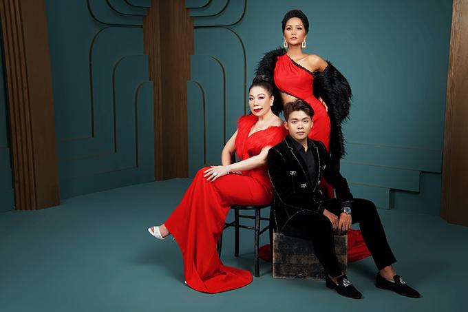 Stylist Trần Đạt (vest đen) và các cộng sự của anh đãđồng hành cùng Hoa hậu Hoàn vũ Việt Nam và tạo dựng hình tượng cho HHen Niê sau cuộc thi cũng như tại đấu trường Miss Universe 2018.