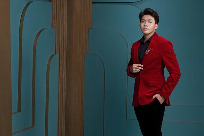 Stylist Trần Đạt  chàng trai đến từ Tiền Giang với xuất phát điểm là sinh viên ngành thiết kế công trình, sau đó anh trở thành giảng viên khoa thời trang tại trường đại học Hutech và hợp tác với nhiều người nổi tiếng trong showbiz Việt.