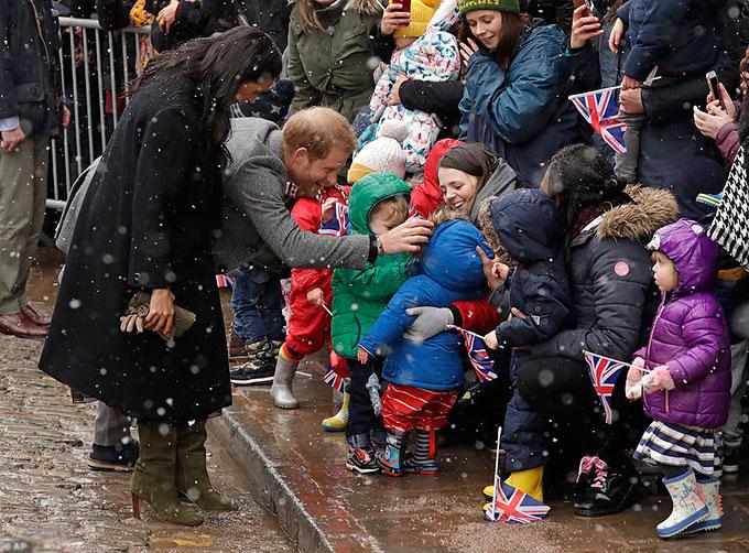 Nữ công tước xứ Sussex chỉ khoác thêm một một chiếc áo dáng dài màu đen của hãng thời trang nổi tiếng William Vintage khi ra ngoài trời mưa tuyết để gặp gỡ các trẻ em ở tổ chức từ thiện Empire Fighting Chance trong sự kiện cuối ngày 1/2.