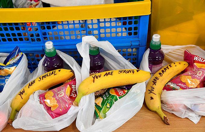 Mỗi một suất ăn đều có một quả chuối viết thông điêp của Meghan. Những túi này sau đó được chuyển ra một chiếc xe tải và đưa đi phân phát cho những người hành nghề mại dâm trên đường phố để giúp đỡ các nữ công nhân của ngành công nghiệp tình dục và những người nghiện và cả những người mắc các vấn đề mất kiểm soát cuộc sống khác. Ảnh: Reuters.