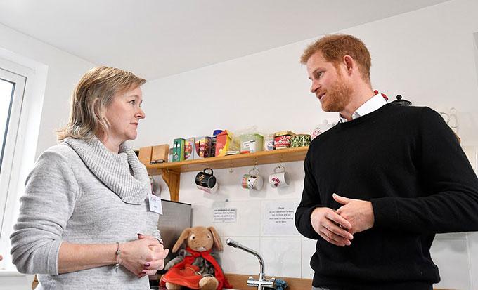 Hoàng tử Harry trò chuyện với Anita Season, một tình nguyện viên của One25. Ảnh: Reuters.
