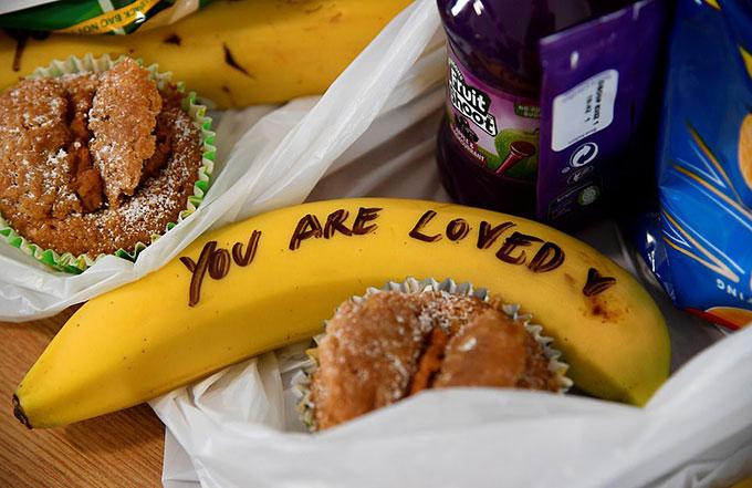 Chữ viết tay của Nữ công tước xứ Sussex trên các quả chuối trong suất ăn dành cho gái mại dâm. Ảnh: Reuters.