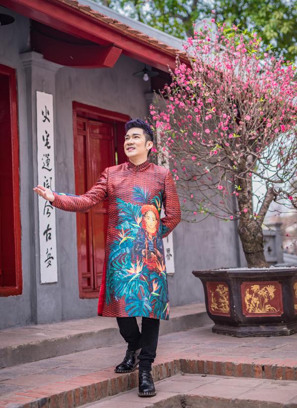 Nam ca sĩ diện áo dài họa tiết thiếu nữ dân tộc tới vãn cảnh, dâng hương tại một ngôi chùa ở Hà Nội.