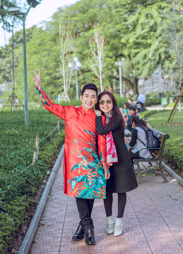 Sở hữu giọng hát nội lực và tính cách thân thiện, dễ mến, Quang Hà được nhiều khán giả nữ hâm mộ. May mắn là bạn gái người Pháp gốc Việt của anh luôn thông cảm và tin tưởng ở nam ca sĩ.