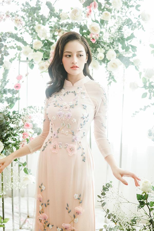 Thùy Anh tinh khôi và trẻ trung với áo dài mang gam màu pastel.