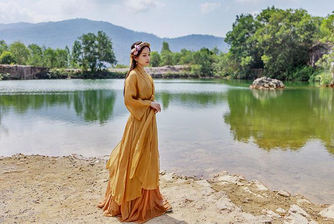 Ca sĩ Sara Lưu - bạn gái mới của nhạc sĩ Dương Khắc Linh đẹp mong manh với tạo hình cổ trang.