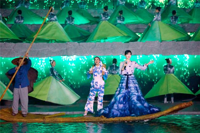A Châu Lưu Đào đẹp như tiên nữ trên sân khấu chào xuân - 1