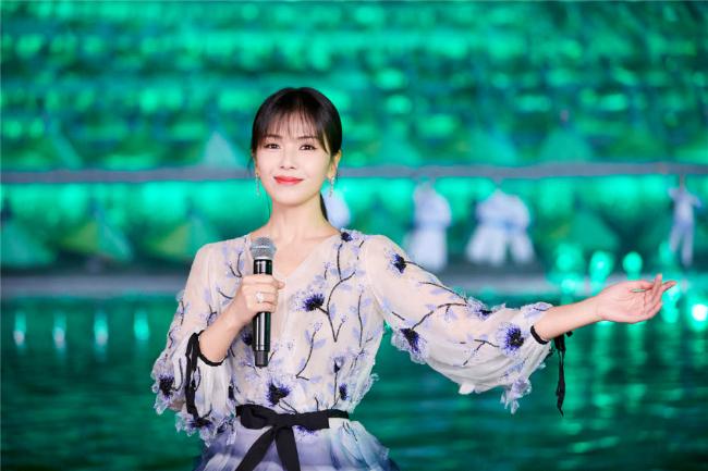 A Châu Lưu Đào đẹp như tiên nữ trên sân khấu chào xuân