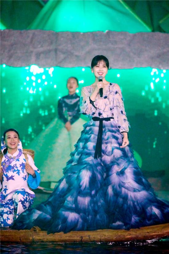 A Châu Lưu Đào đẹp như tiên nữ trên sân khấu chào xuân - 3