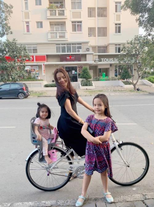 Phạm Quỳnh Anh chở hai con dạo phố bằng xe đạp. Tết của mẹ là dành cả cho các em, nữ ca sĩ bình luận.