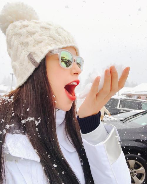 Phạm Hương thử một nắm tuyết xem vị thế nào. Năm nay người đẹp ăn Tết xa nhà vì vẫn đang điều trị bệnh ở Mỹ.