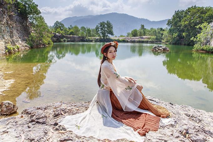 Sara Lưu kỳ công chuẩn bị nhiều trang phục, khoe nét đẹp buồn giữa thiên nhiên.