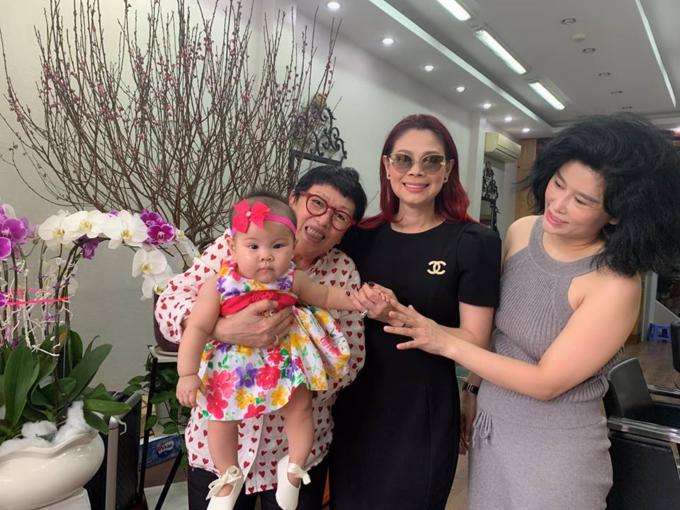 Vợ chồng ca sĩ Thanh Thảo đưa con gái đi thăm và chúc Tết sớm bạn bè, người thân.
