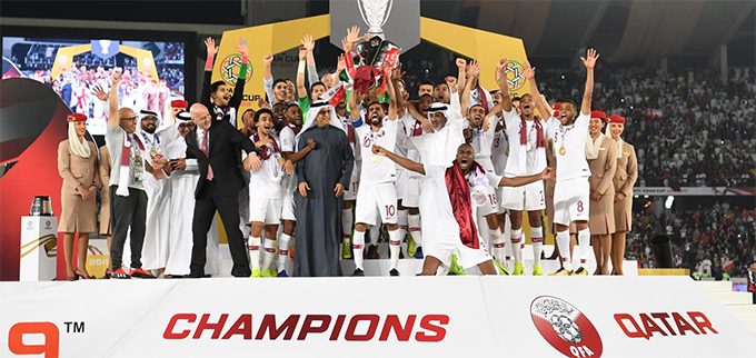 Cầu thủ Qatar nâng Cup vô địch sau khi đánh bại Nhật Bản ở trận chung kết. Ảnh: AFC.