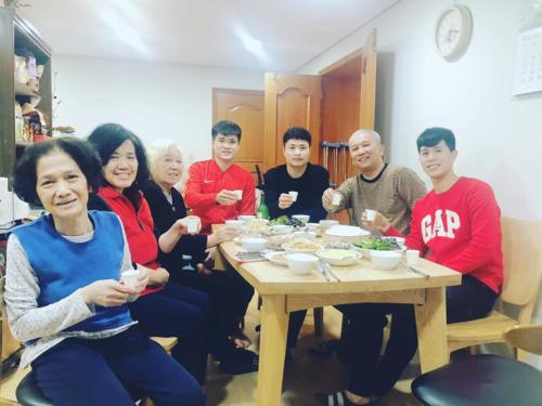 Đình Trọng, Đặng Văn Tới, Lục Xuân Hưng ăn cơm cùng gia đình Đại sứ Nguyễn Vũ Tú.