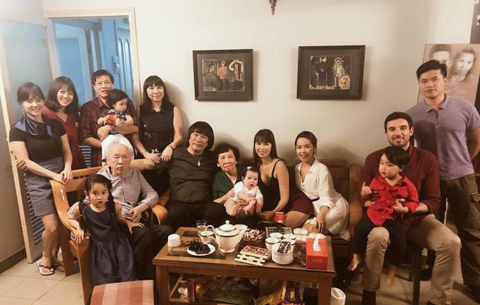 Vợ chồng siêu mẫu Hà Anh và con gái sum vầy cùng người thân đón năm mới.