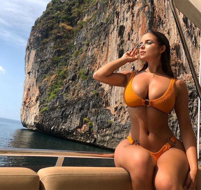 Demi chia sẻ trên Instagram hình ảnh đi du thuyền ngắm cảnh vịnhThái Lan.