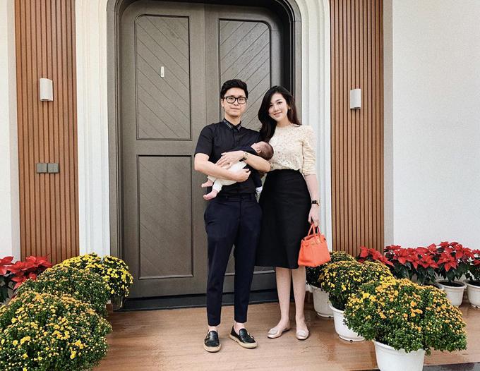Vợ chồng Á hậu Tú Anh lần đầu hé lộ hình ảnh con trai - 2