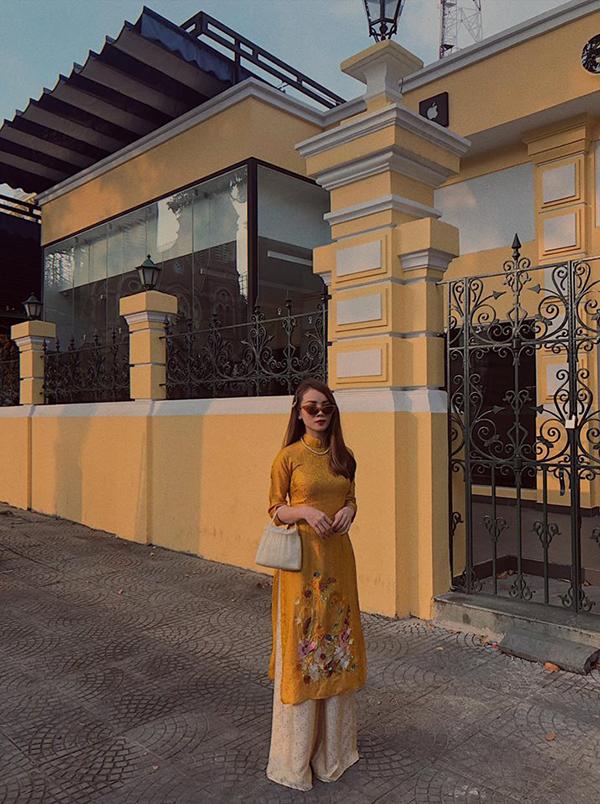 Là một fashionista nổi tiếng của showbiz Việt, Yến Trang không chỉ ghi điểm về cách bắt trend nhanh nhậy mà còn thể hiện sự tinh tế trong cách phối đồ. Xuống phố đầu xuân, ca sĩ chọn áo dài thêu đểu chụp ảnh kỷ niệm bên Bưu diện TP HCM.