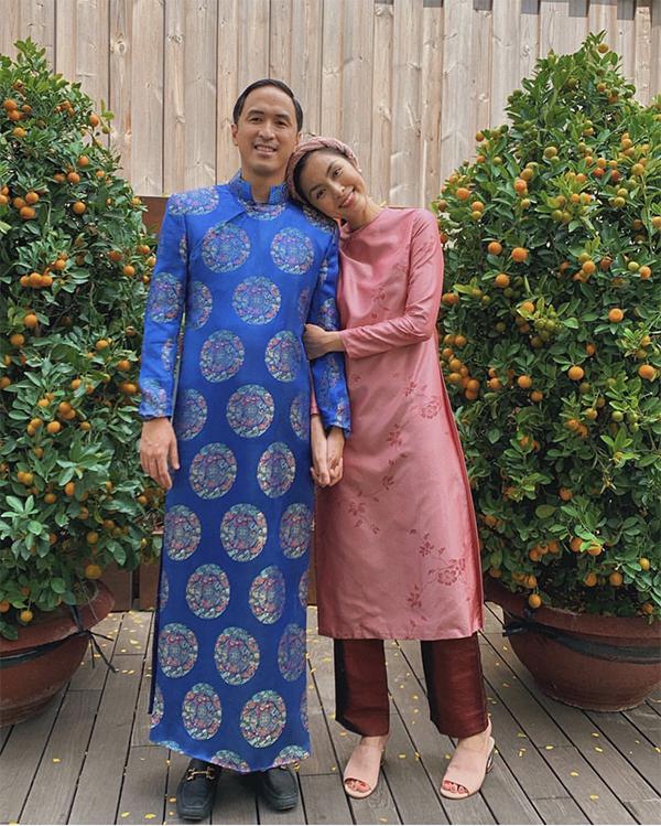 Tăng Thanh Hà khoe hình ảnh hạnh phúc bên chồng trong ngày đầu nămKỷ Hợi. Ngọc nữ diện ảnh Việt chọn áo dài cổ tròn phù hợp với không khí xuân phương Nam.