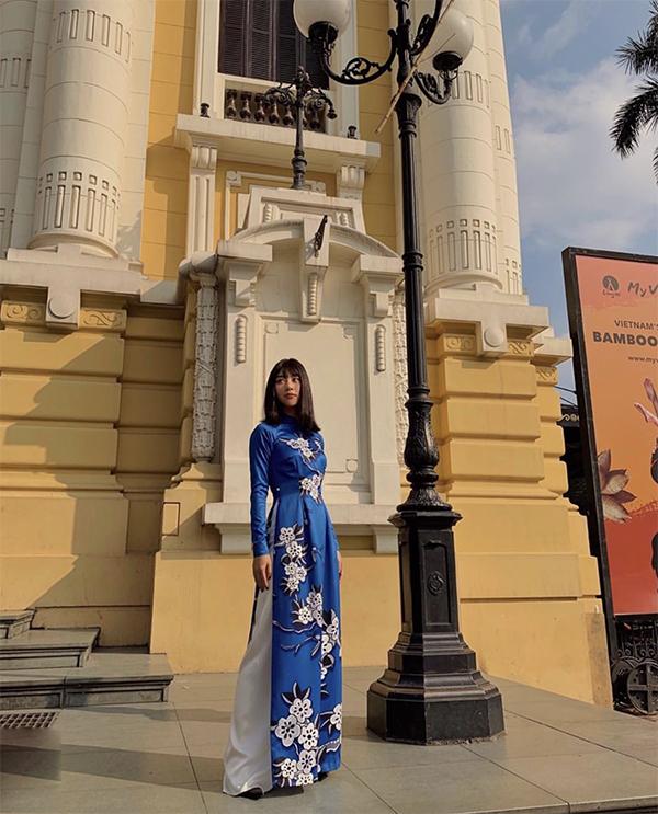 Cả một năm quằn quại cùng hàng loạt xu hướng váy áo, giày dép theo đúng trào lưu thịnh hành, vào dịp Tết, Quỳnh Anh Shyn bỗng trở nên thuỳ mị hơ khi diện áo dài theo đúng phong cách truyền thống.