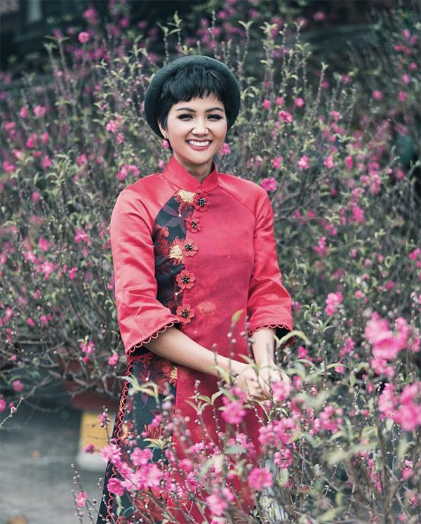 Tất bật tham gia khá nhiều chương trình vì cộng đồng vào dịp cuối năm, nhưng HHen Niê không quên lưu lại hình ảnh dịu dàng trong tà áo dài cách tân.