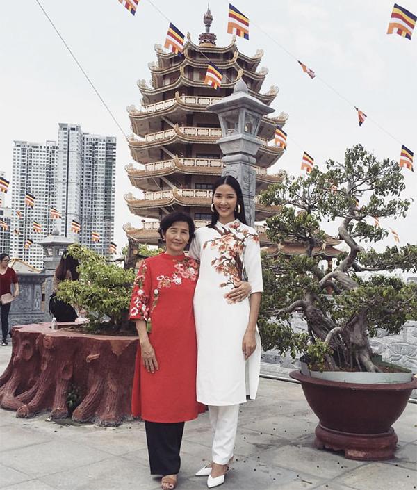 Á hậu Hoàng Thuỳ chọn áo dài khi cùng mẹ đi chùa cầu bình an và may mắn cho năm Kỷ Hợi.