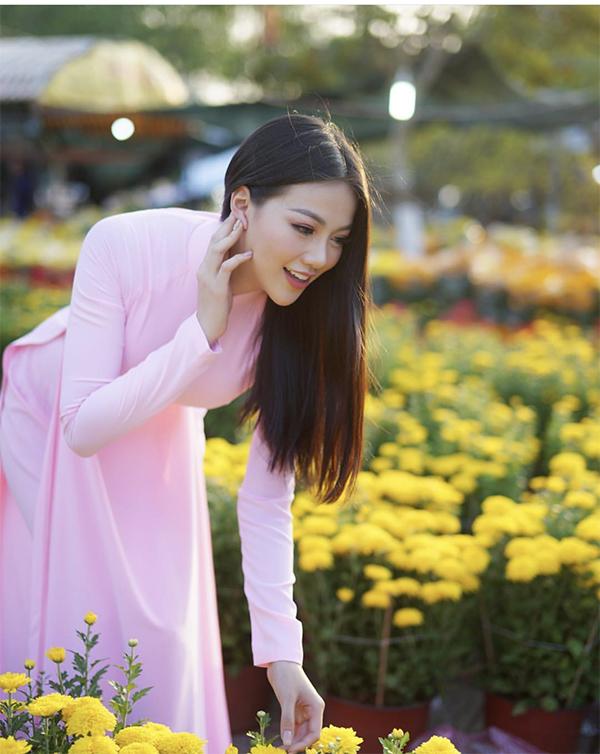 Phương Khánh diện áo dài hồng phấn nhẹ nhàng khi đi chụp ảnh ở chợ hoa xuân. Khép lại một năm thành công với danh hiệu Hoa hậu Trái đất, Phương Khánh hy vọng trong năm 2019 mình sẽ thực hiện được nhiều dự án trong việc kêu gọi cộng đồng chung tay bảo vệ môi trường.