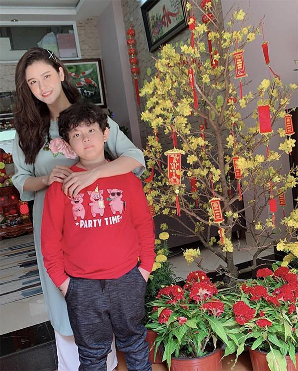 Trương Quỳnh Anh rũ bỏ hình ảnh cô nàng sành mốt khi diện áo dài màu xanh thiên thanh chụp ảnh Tết cùng con trai.