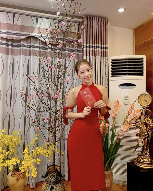 Chi Pu trẻ trung với áo dài cách tân, chúc Tết các khán giả đã yêu thương và luôn ủng hộ các sản phẩm âm nhạc của cô trong suốt một năm qua.
