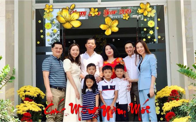 Cường Đôla sum họp đầu xuân năm mới bên vợ sắp cưới, con trai Subeo và gia đình mình. Nam doanh nhân chúc:Một năm mới đầy niềm vui, nhiều sức khỏe và vạn sự như ý muốn nhé cả nhà.