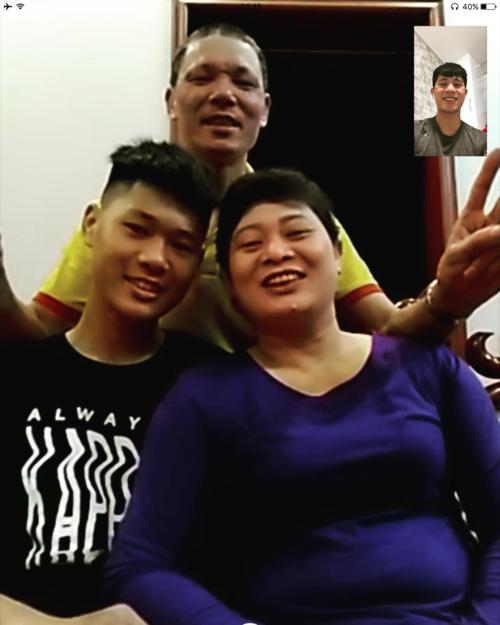 Cầu thủ Đình Trọng trò chuyện với bố mẹ qua mạng để vơi đi nỗi nhớ nhà. Năm nay anh phải ăn Tết xa nhà vì đangđiều trị chấn thương tại Hàn Quốc.