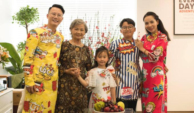 Gia đình Hoàng Bách xúng xính áo dài đón Tết.