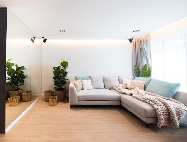 Để thu hút sự chú ý, kiến trúc sư sử dụng bức tường 2 trong một, ngăn phòng khách và phòng ngủ, tạo nên sự liên tục của ngôn ngữ thiết kế. Bức tường được lắp gương còn có mục đích tạo cảm giác không gian rộng lớn.