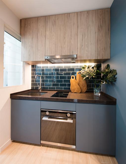 Kiến trúc sư đã nghiên cứu bảng màu để đảm bảo ngôi nhà có thể kết hợp hiệu quả màu sắc với công năng của từng chi tiết, vật dụng. Màu xanh với nhiều sắc thái khác nhau được chọn để tạo điểm nhấn ở phòng bếp. Cặp vợ chồng không nấu ăn thuờng xuyên nên chọn kiểu kiến trúc mở, giúp phòng ăn trông rộng hơn.