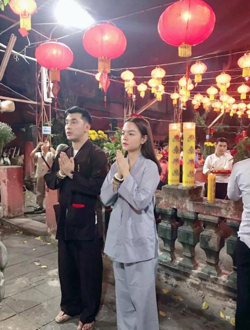 Phạm Quỳnh Anh cùng ca sĩ Ưng Hoàng Phúc đi lễ chùa đầu năm cầu bình an.