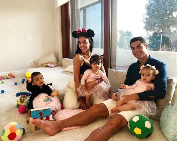 C. Ronaldo bên bạn gái Georgina Rodriguez và các con.