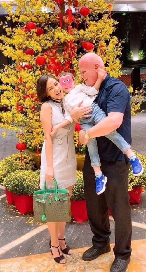 Thu Minh đăng ảnh hạnh phúc bên ông xã và con trai nhưng vẫn che kín mặt.