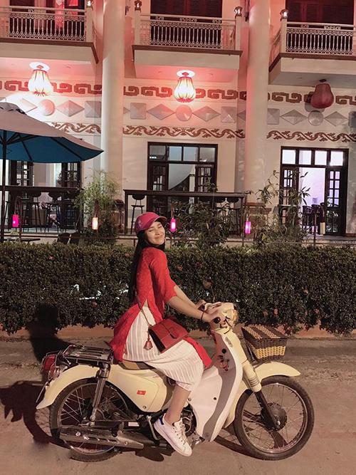 Hoa hậu Tiểu Vy chạy xe máy đi chúc Tết khi ở quê nhà Hội An. Nhanh thật mới đó là năm Kỷ Hợi đã đến rồi.Mình cứ ngỡ năm Mậu Tuất là mới hôm qua thôi.Chúc mừng năm mới cả nhà, người đẹp viết.