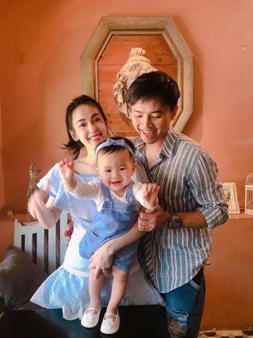 Vợ chồng Tú Vi - Văn Anh hạnh phúc bên cô công chúa nhỏ.