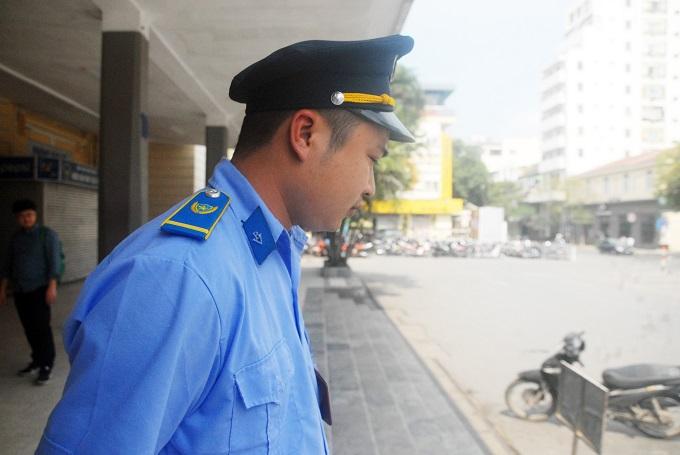 Người gác cổng Đăng của ga Hà Nội đứng trong trưa nắng mùng 1 Tết Kỷ Hợi.